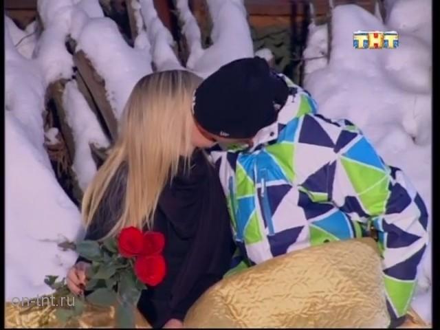 Алеся и Антон - пара и они целуются