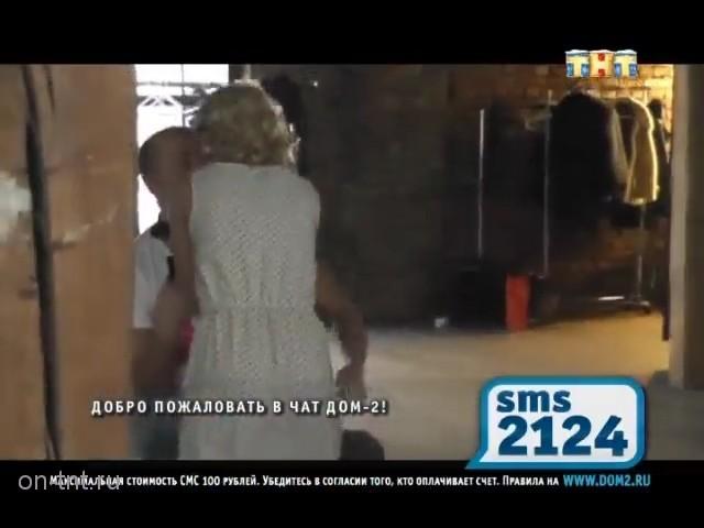 Антон целуется с Оксаной на фотосессии