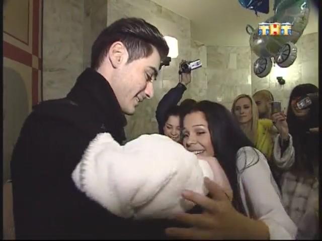 Тигран держит на руках своего Роллана