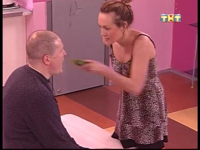 Валерия сует огурец в рот Николаю