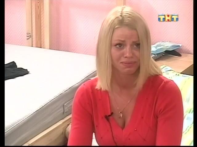 плачущая Оксана смотрит на Антона