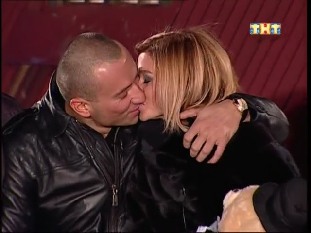 Миша и Ксения целуются на лобном