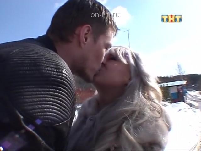 Саша целуется с Лилей через шлагбаум