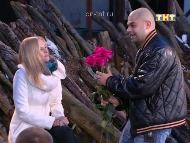 Илья дарит Оле цветы на романтике