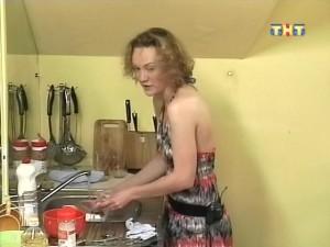 Лера моет посуду