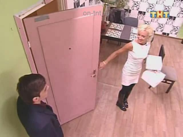 Ольга Бузова принесла торты в городские квартиры