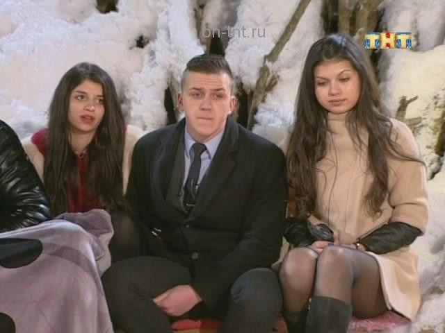 Алиана сидит рядом с новеньким Евгением