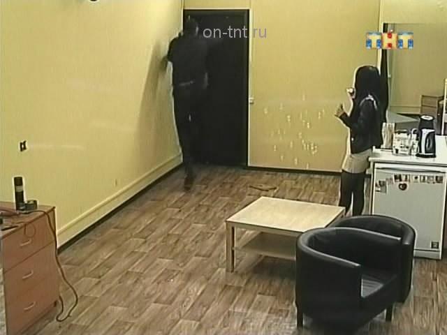 Сергей выбивает дверь комнаты, чтобы выбраться оттуда